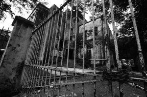 စစ္အစိုးရ လက္ထက္တြင္ တံခါးပိတ္ထားေသာ ရန္ကုန္တကၠသိုလ္ (ဓာတ္ပံု – Steve Tickner / ဧရာဝတီ)