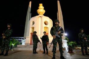 ဘန္ေကာက္ၿမိဳ႕ရွိ Democracy Monument အထိမ္းအမွတ္ ေက်ာက္တိုင္တြင္ ေစာင့္ၾကပ္ေနေသာ ထိုင္းစစ္သားမ်ား (ဓာတ္ပံု – Reuters)